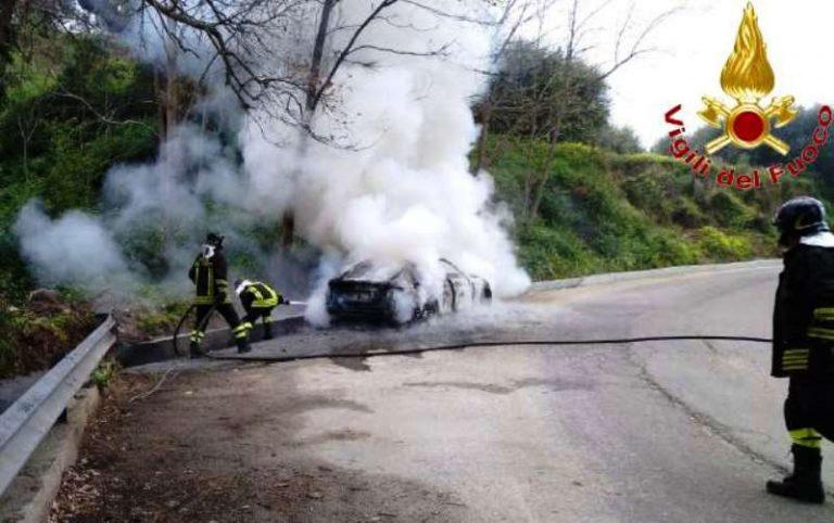 Auto in fiamme a Nicotera, intervento dei Vigili del fuoco