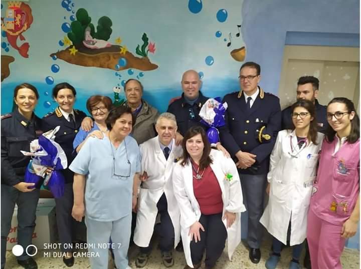 Vibo, i poliziotti donano uova di Pasqua ai bambini dell'ospedale