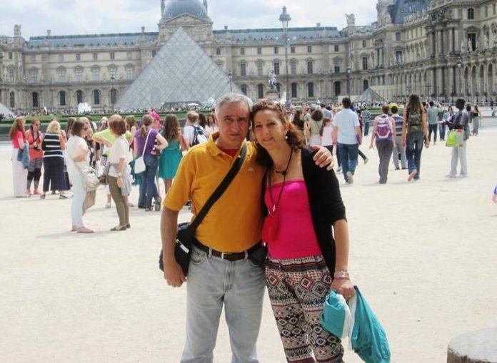 La coppia davanti al Louvre (foto Facebook)