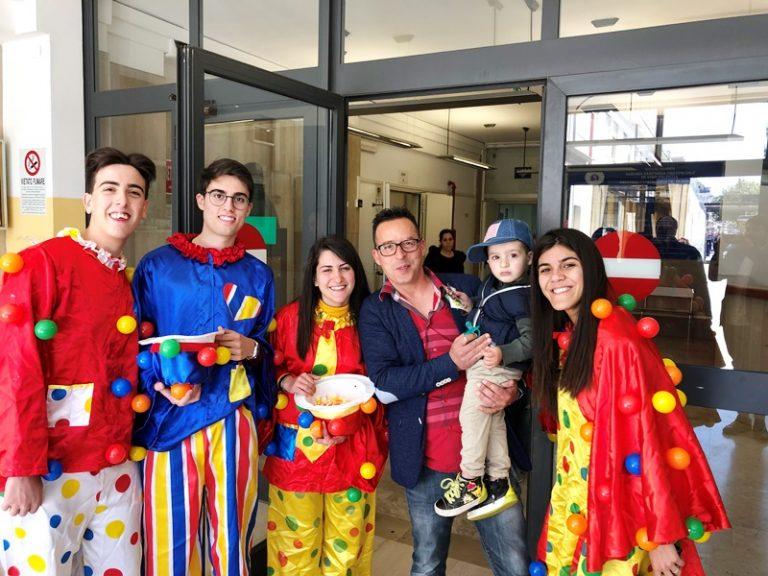Volontari della Pro loco di San Costantino donano uova di Pasqua ai bambini