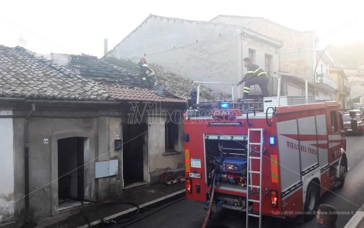 Incendio in abitazione a Sant'Onofrio: necessarie tre squadre di Vigili del fuoco