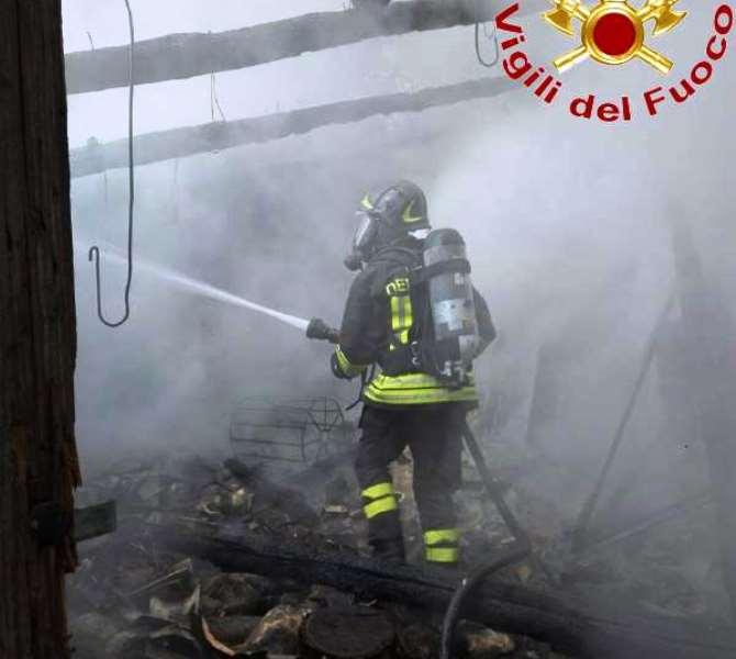 L'incendio spento dai Vigili del fuoco