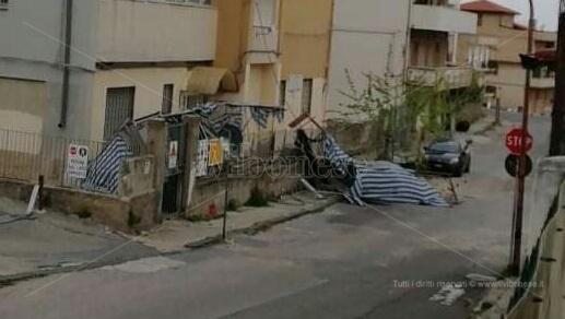 Paura a Tropea, crolla l'impalcatura di una scuola per il forte vento