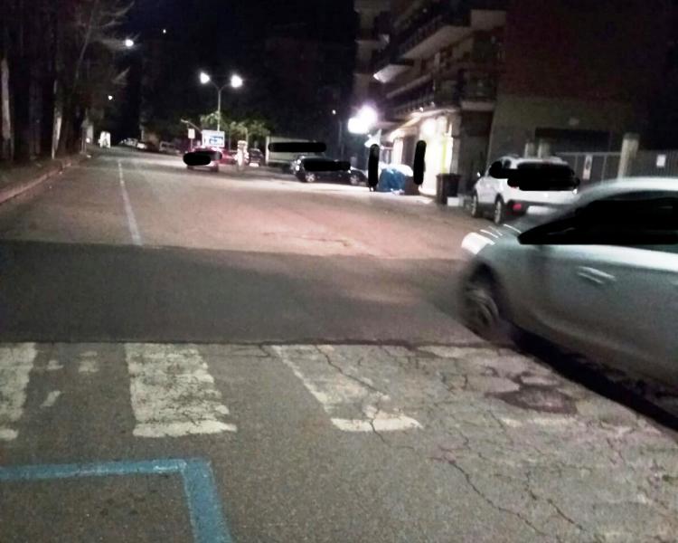 Dosso non segnalato in centro, un cittadino disabile: «Ho rischiato una frattura»