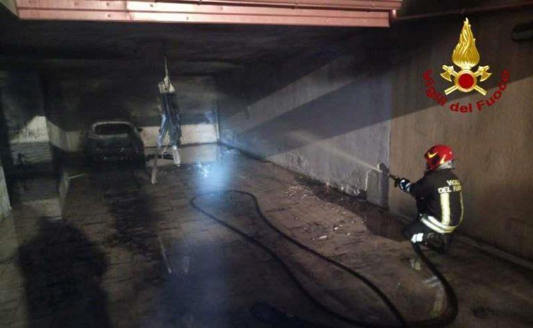 Auto in fiamme a Pizzo, evacuato un immobile per spegnere l'incendio