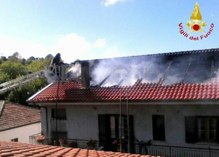 Tetto di un'abitazione in fiamme, momenti di panico a Rombiolo