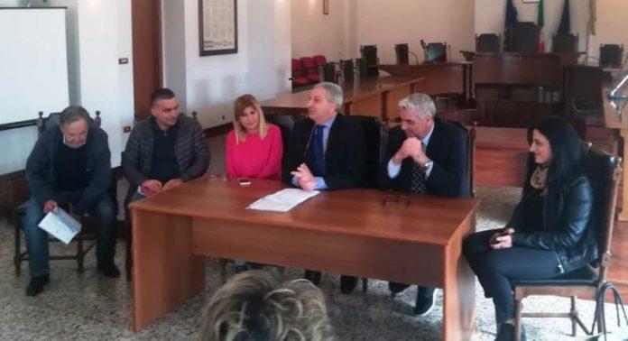 La conferenza stampa dei commissari e dei funzionari comunali