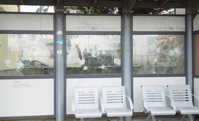 La pensilina danneggiata dai vandali