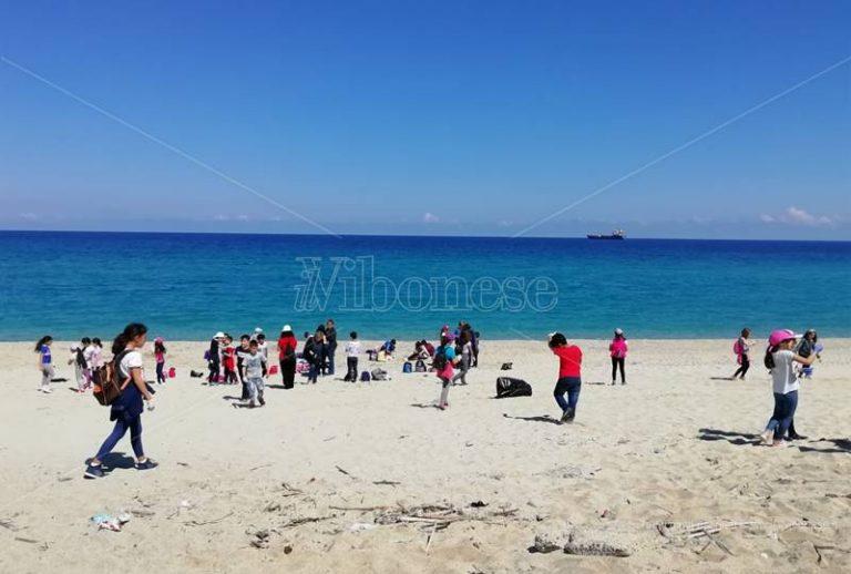 Vibo Marina, studenti e Guardia costiera liberano le spiagge dalla plastica – Video