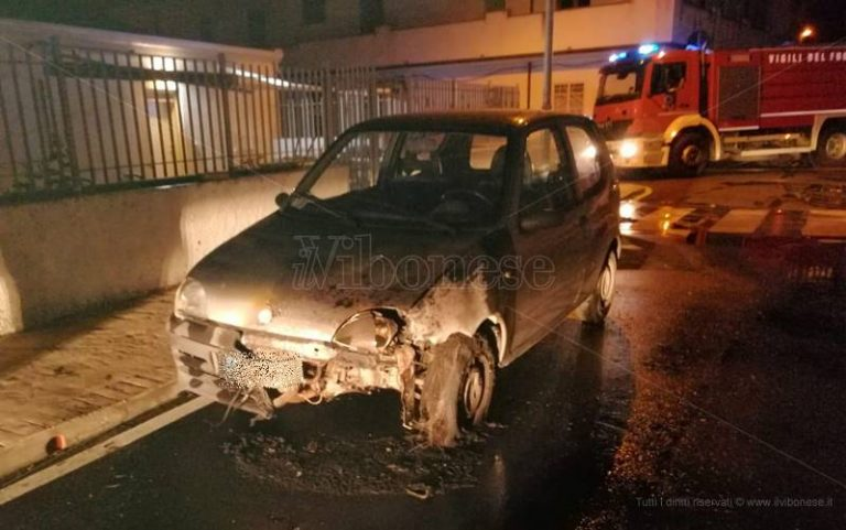Notte di fuoco al Pennello, raid incendiario contro nove automobili – Foto
