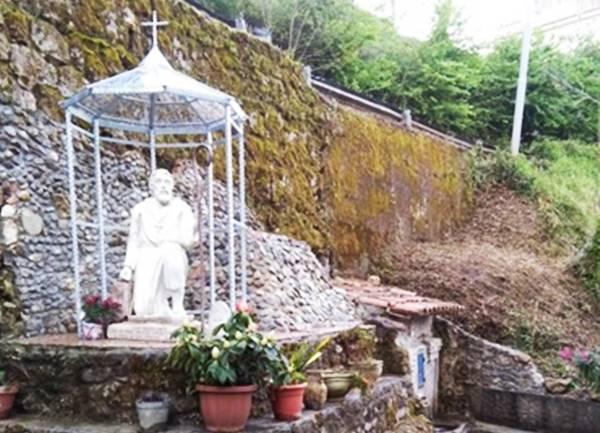 L'area con la statua del santo ripristinata