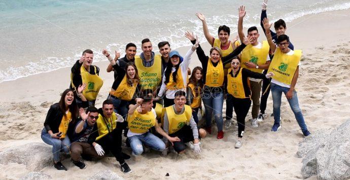 Tropea, gli studenti in spiaggia con Legambiente per un mondo plastic free – Video