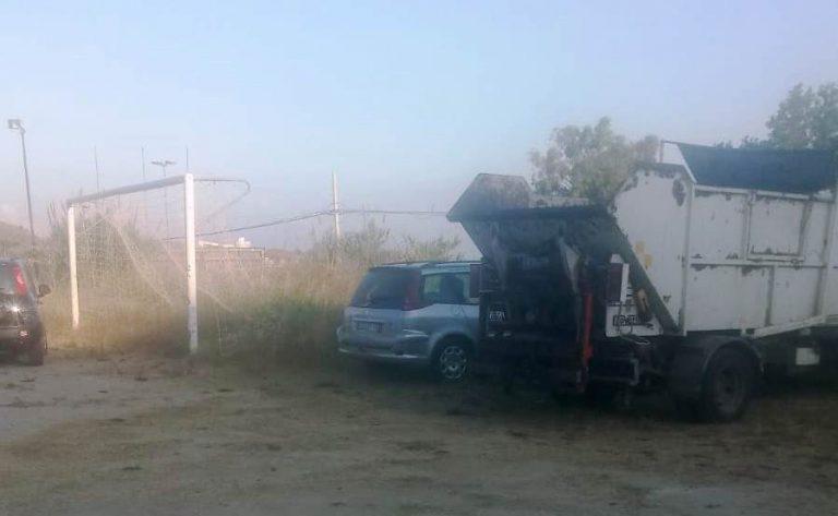 Camion dei rifiuti nel campo sportivo di Briatico, gli operatori: «Soluzione provvisoria»