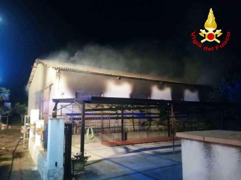 Drapia, incendio manda in fumo un deposito di scarpe