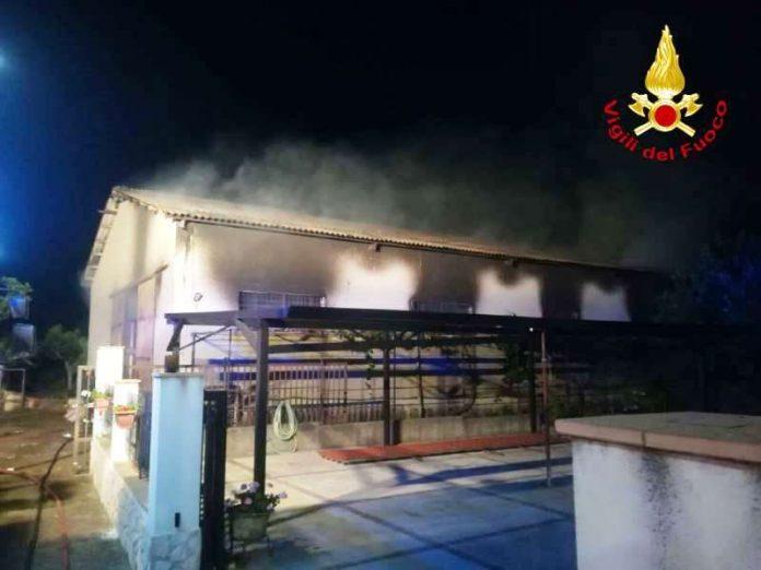 Il capannone incendiato