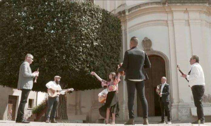 Un immagine tratta dal video musicale