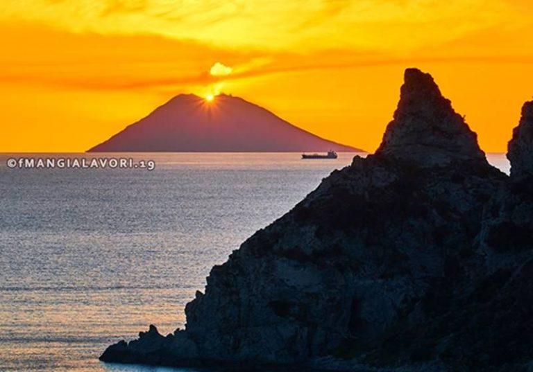 """Lo spettacolare tramonto sullo Stromboli di Francesco Mangialavori trionfa al contest di """"Ulisse"""""""