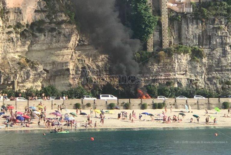 Paura a Tropea, due auto in fiamme sul lungomare – Video/Foto