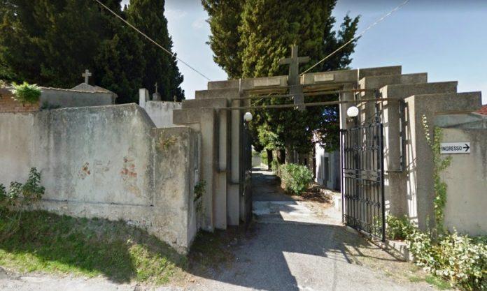 L'ingresso del vecchio cimitero di Ionadi