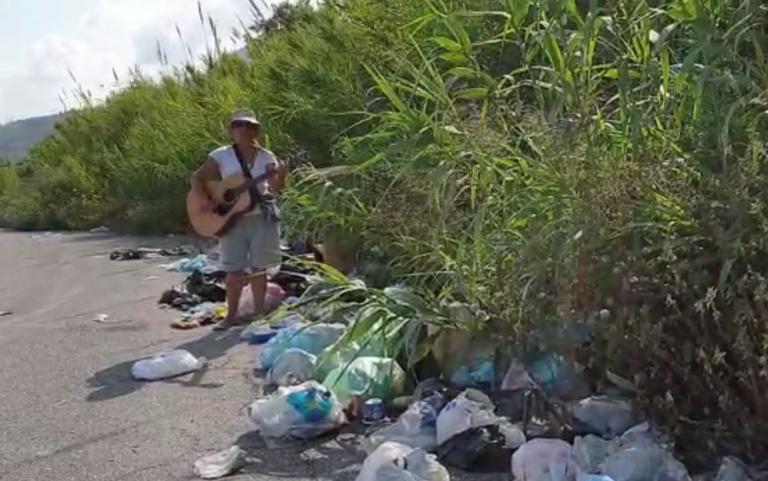 Lucia canta tra i rifiuti di Vibo. E la performance diventa subito virale – Video