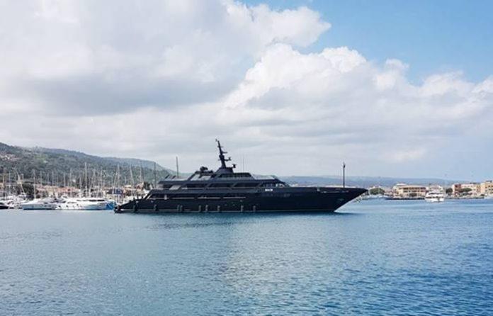 Lo yacht di Armani al porto di Vibo Marina (foto Zimatore/Fiorillo)