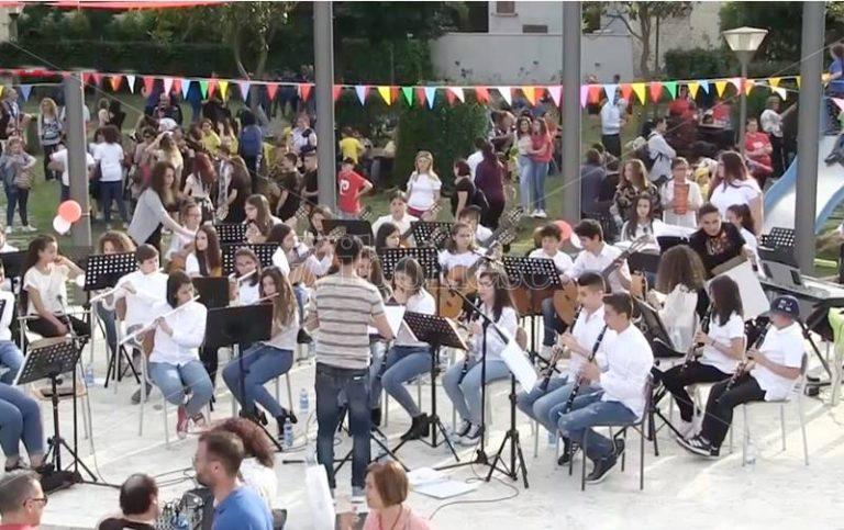 Scuole in festa a Stefanaconi, oltre mille bambini colorano il paese di allegria – Video