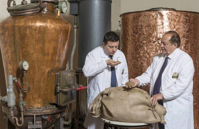Nuccio e Pippo Caffo nella loro distilleria