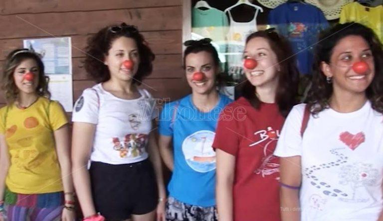 Terapie e sorrisi, i clown di corsia lanciano da Pizzo il loro messaggio di positività – Video