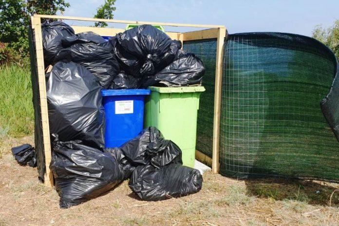 I rifiuti ammassati nell'area di raccolta del locale