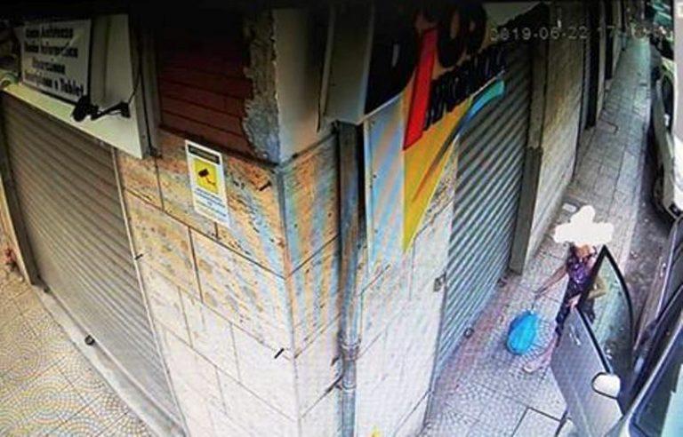 """Abbandona spazzatura davanti ad un negozio, """"beccata"""" dalle telecamere"""