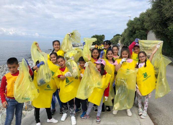 Giovani volontari sul lungomare di Joppolo