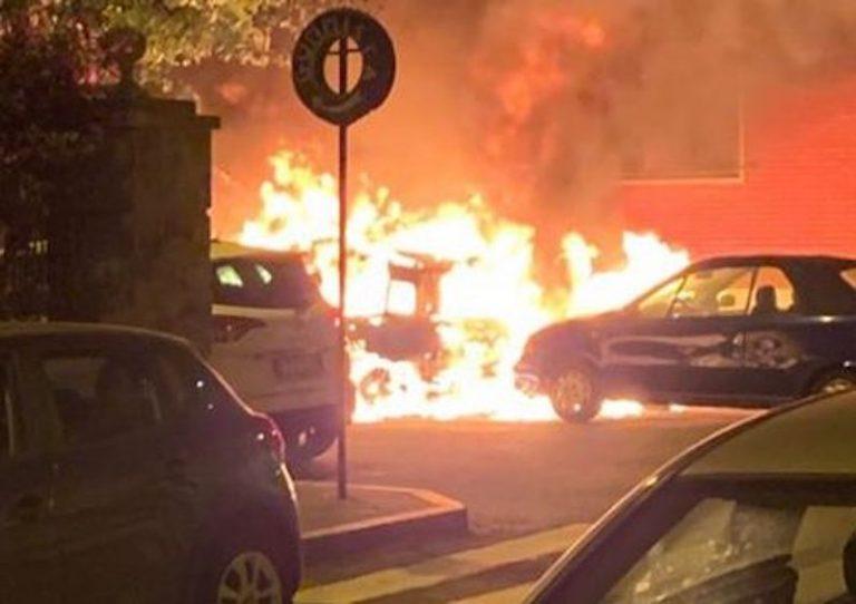 Tropea, auto avvolte dalle fiamme in pieno centro