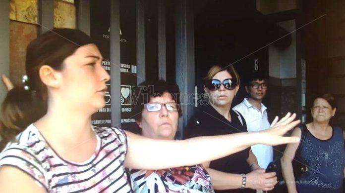 I cittadini in protesta. Sotto, la perdita in via Vasia