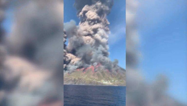 Eruzione dello Stromboli, l'isola in fiamme vista dal mare – Video
