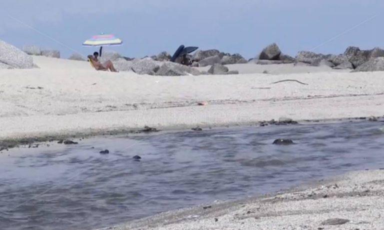 Mare sporco lungo la costa vibonese tra bagnanti delusi e mancati interventi – Video