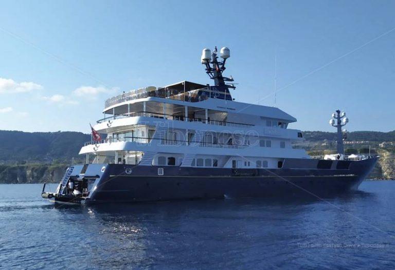 Il Force Blue a Tropea, il mega yatch di Briatore richiama la curiosità dei turisti