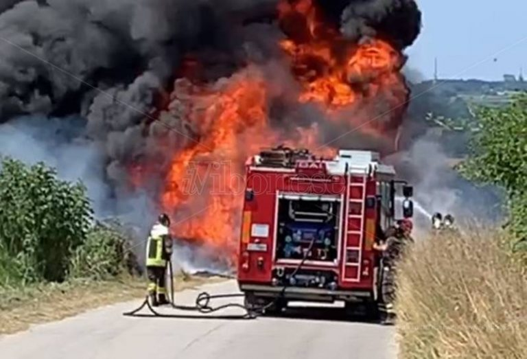 Tir avvolto dalle fiamme, paura lungo la provinciale per Spilinga – Video