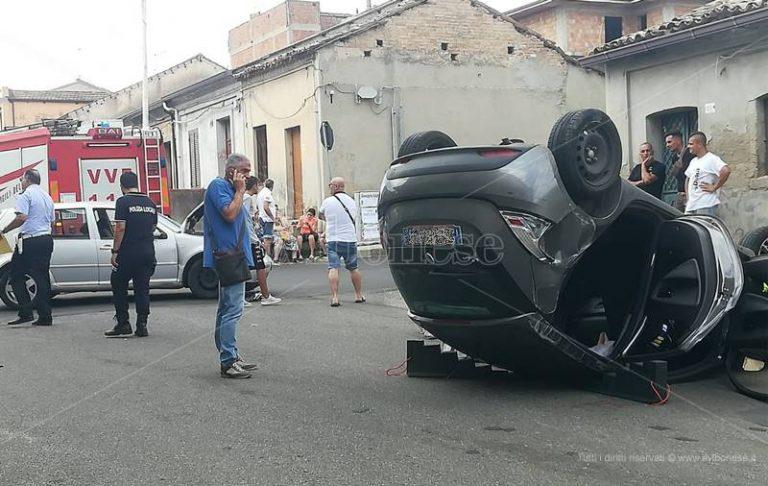 Tremendo impatto a Mileto, auto si ribalta in pieno centro