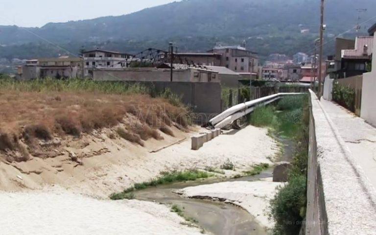Vibo Marina, anche il fosso La Badessa minaccia il mare del Pennello – Video