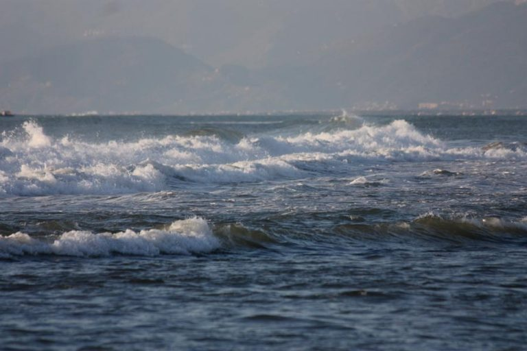 Rischia di annegare a Vibo Marina, bimbo di 7 anni salvato da poliziotto fuori servizio