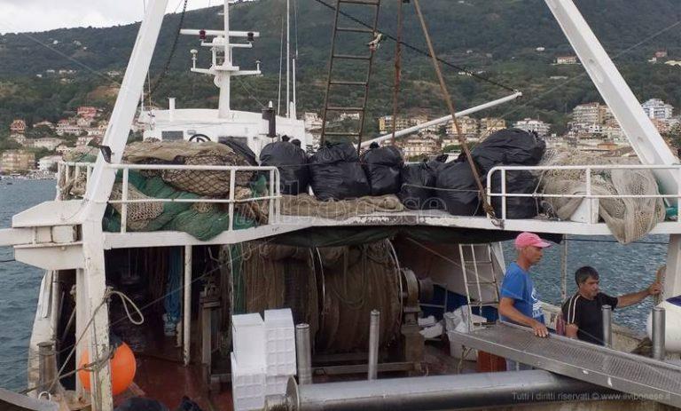 Plastica in mare, i pescatori di Vibo Marina la recuperano ma non possono sbarcarla – Video