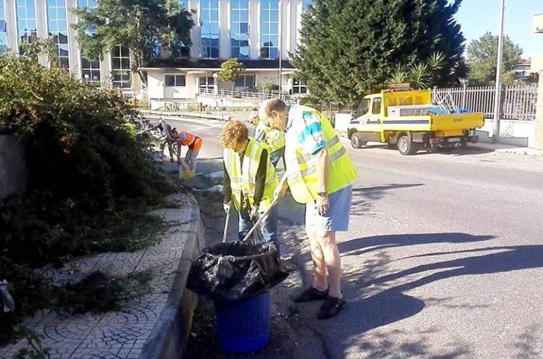 Statale invasa dai rifiuti a Vibo, a ripulirla sono associazioni e cittadini