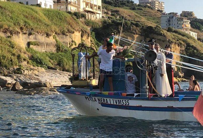 Il quadro della Madonna di Piedigrotta a bordo di una barca
