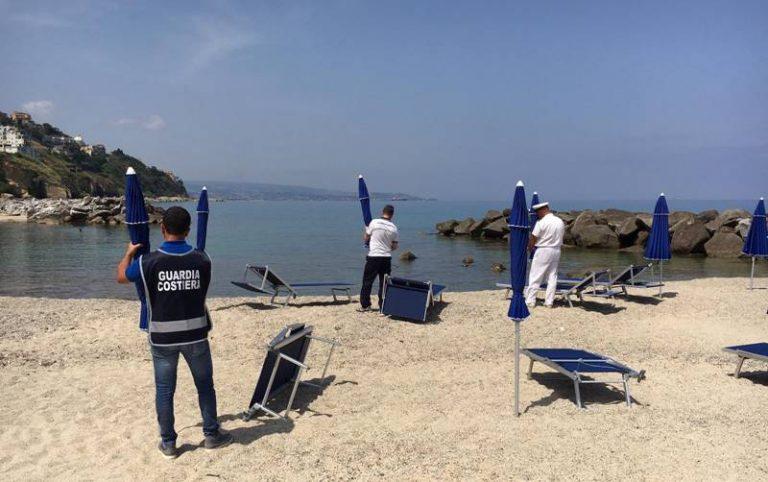 Pizzo, la Guardia costiera sequestra ombrelloni e lettini abusivi