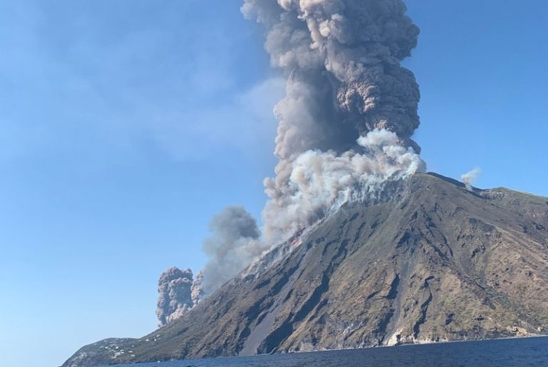Esplosioni e colate di lava, Stromboli torna a fare paura – Foto