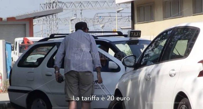 """Vibo, l'odissea dei viaggiatori tra taxi a """"tariffa fissa"""" e stazioni fantasma – Video"""