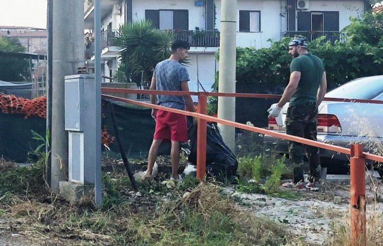 Vibo, i residenti di via Sciascia ripuliscono la strada da rovi ed erbacce