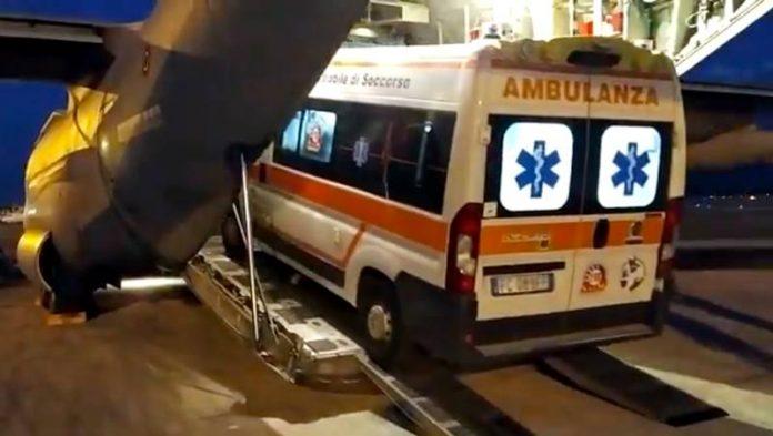 L'ambulanza caricata sull'aereo militare