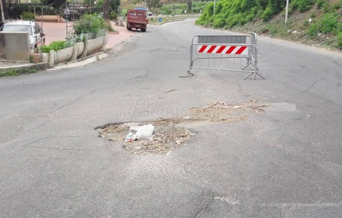 La buca stradale tra via Boccioni e via Forgiari