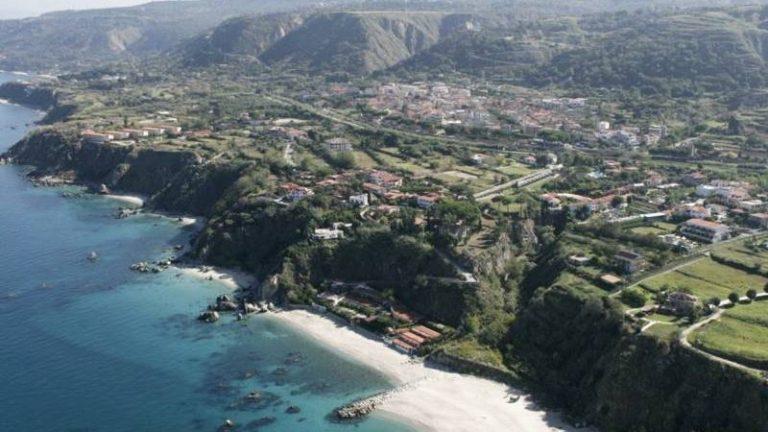 Parghelia, il sindaco Landro vieta le spiagge agli animali: l'ira dell'Enpa provinciale
